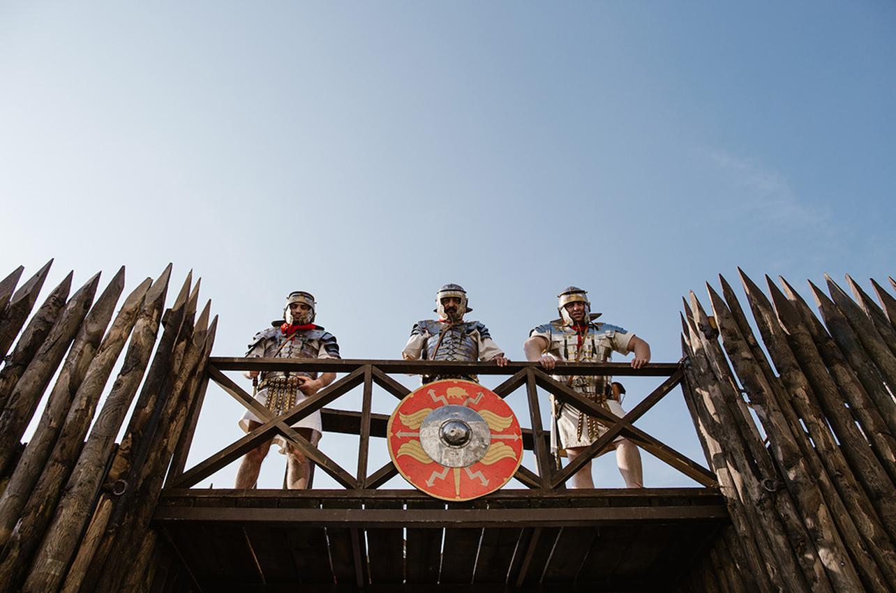Tres aguerridos legionarios vigilan desde lo alto en la puerta de su campamento. Foto: Nuria Sambade