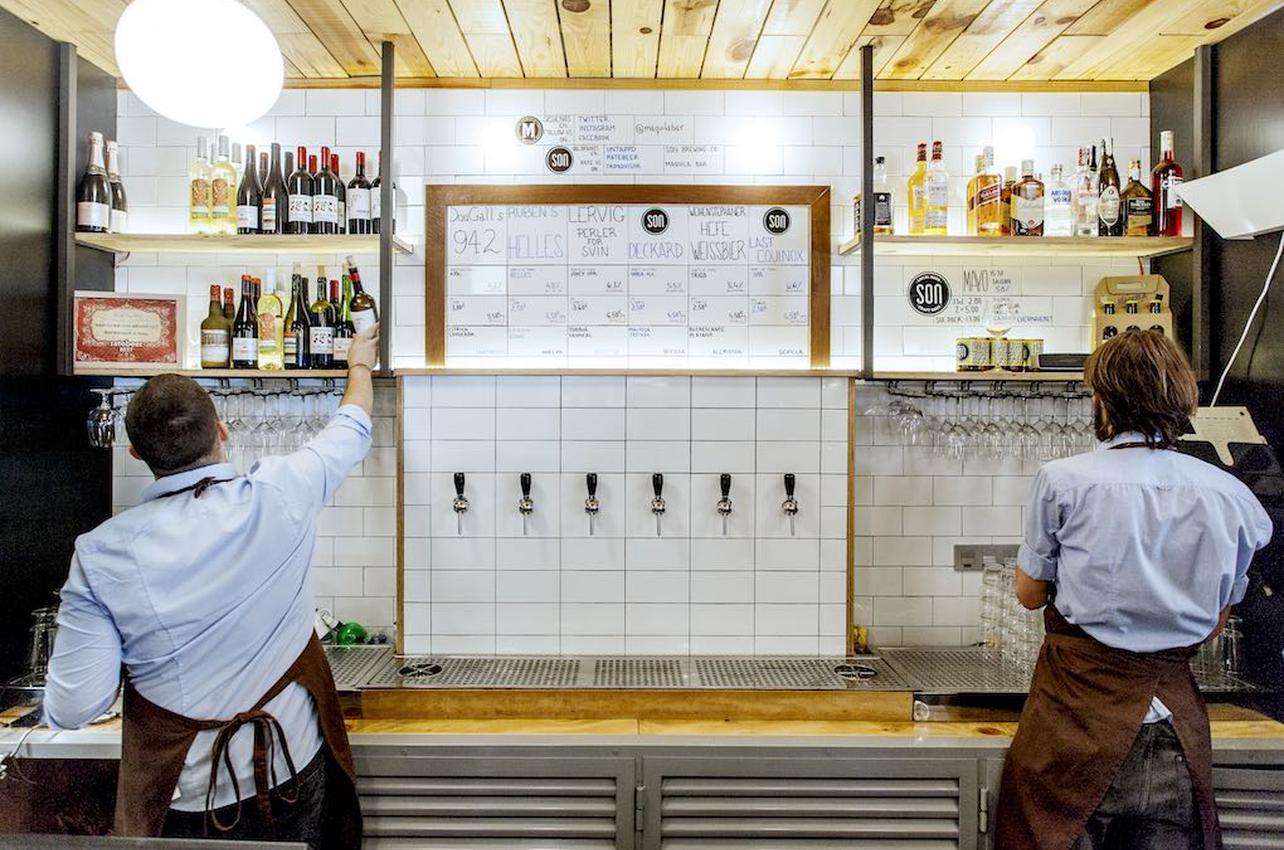 Grifos de cerveceza artesanal en el 'Bar Maquila'. Foto: Beto Criado.