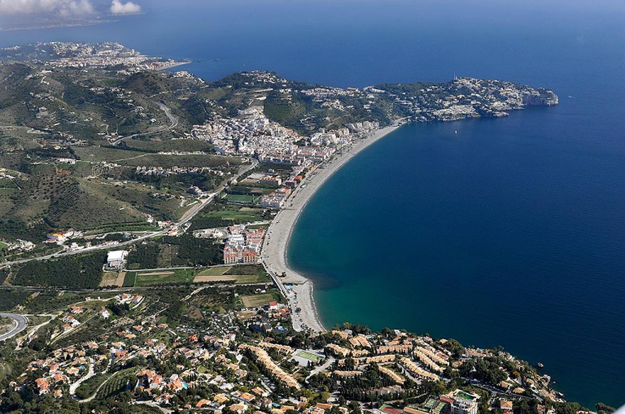 Vista aérea de la Playa de la Herradura. Almuñécar. (Foto: CK Fotolab.)