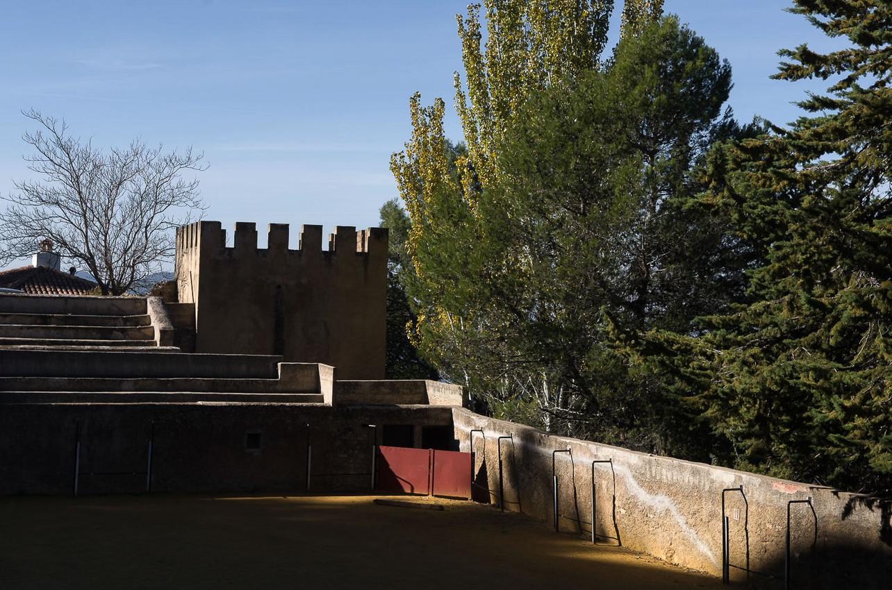 La curiosa plaza de toros rectangular de Segura de la Sierra junto al torreón. Foto: Manuel Ruiz Toribio