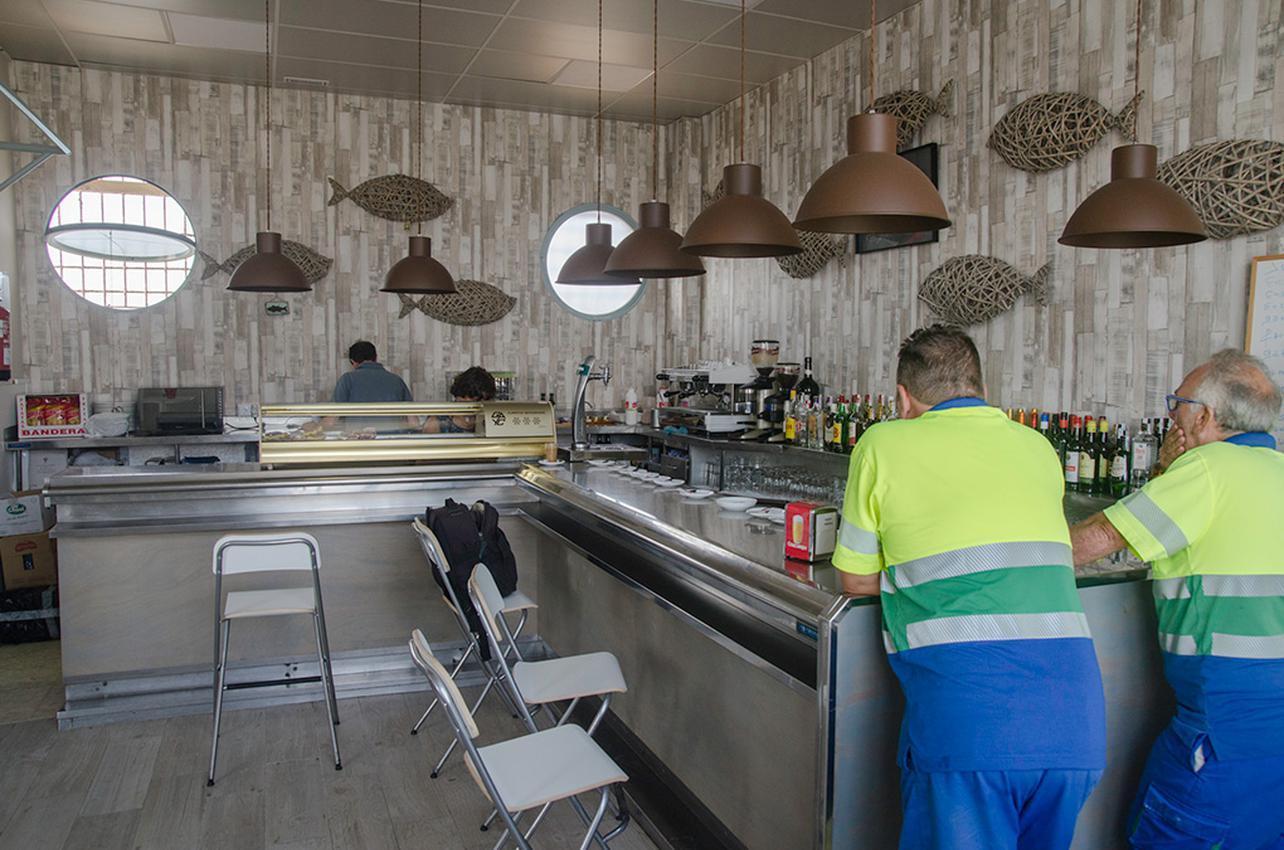 La ubicación del 'Pesquero Tarifa Café' permite acercarse a otra Tarifa.