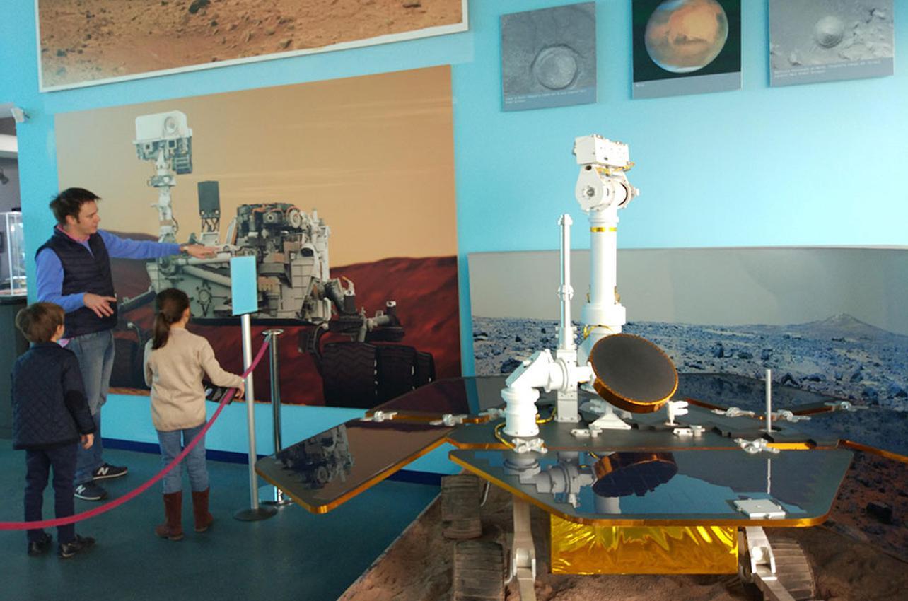 Maqueta del vehículo robótico que fue enviado por la NASA para explorar el Planeta Rojo. Foto: Johana Saldón