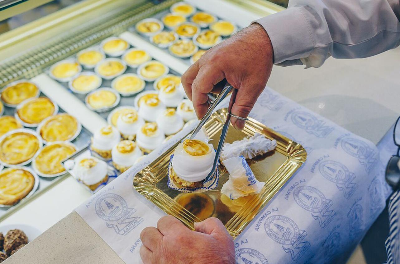 Su primor de hojaldre y sus yemas sevillanas, los favoritos de los clientes. Foto: Javier Sierra