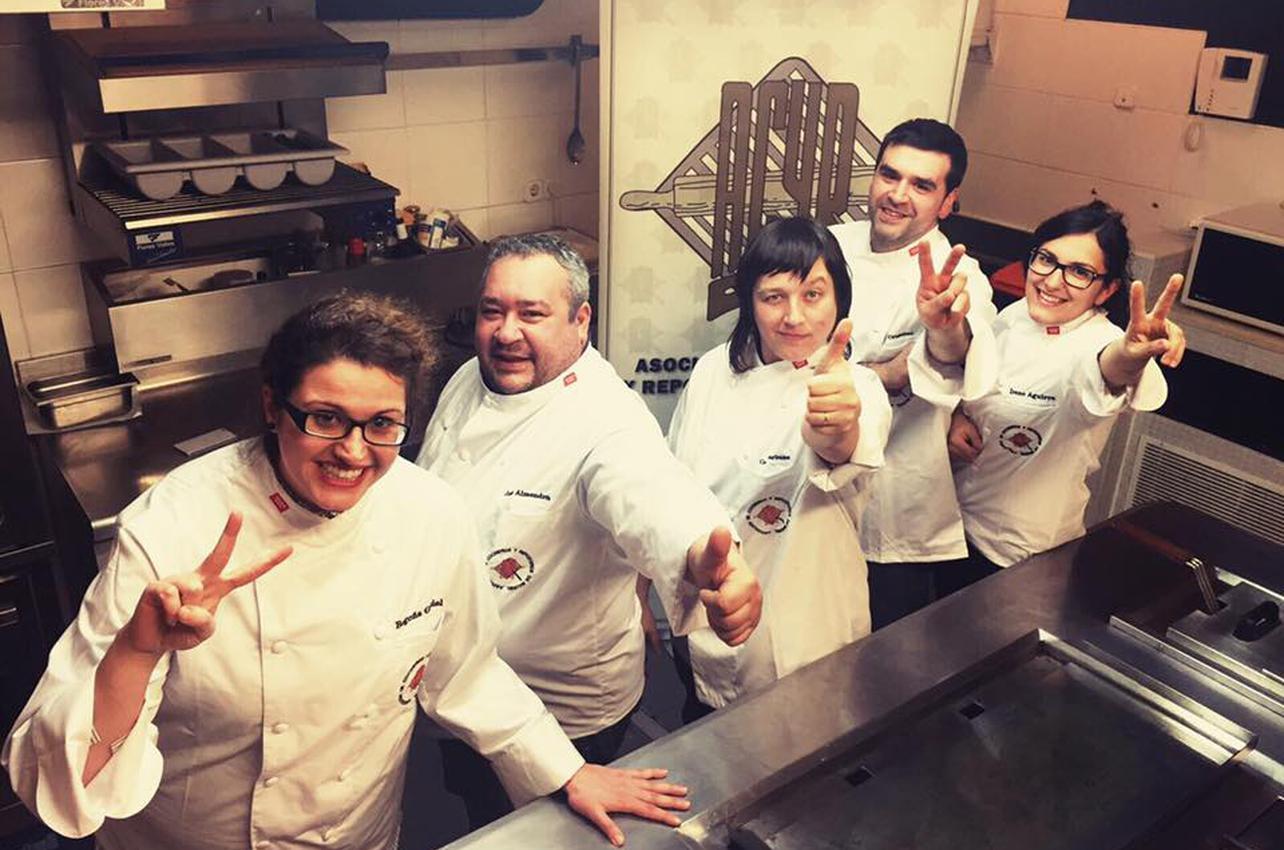 Rebeca Hernández (en el centro) junto a parte de su equipo. Foto: Facebook La Berenjena