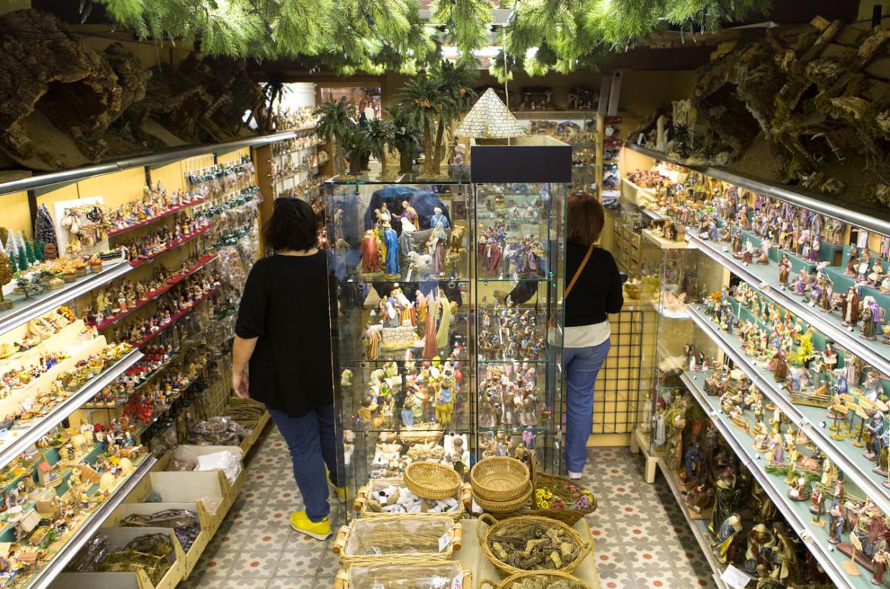 Angosta y abarrotada, la tienda abre los meses de noviembre y diciembre. Foto: César Cid