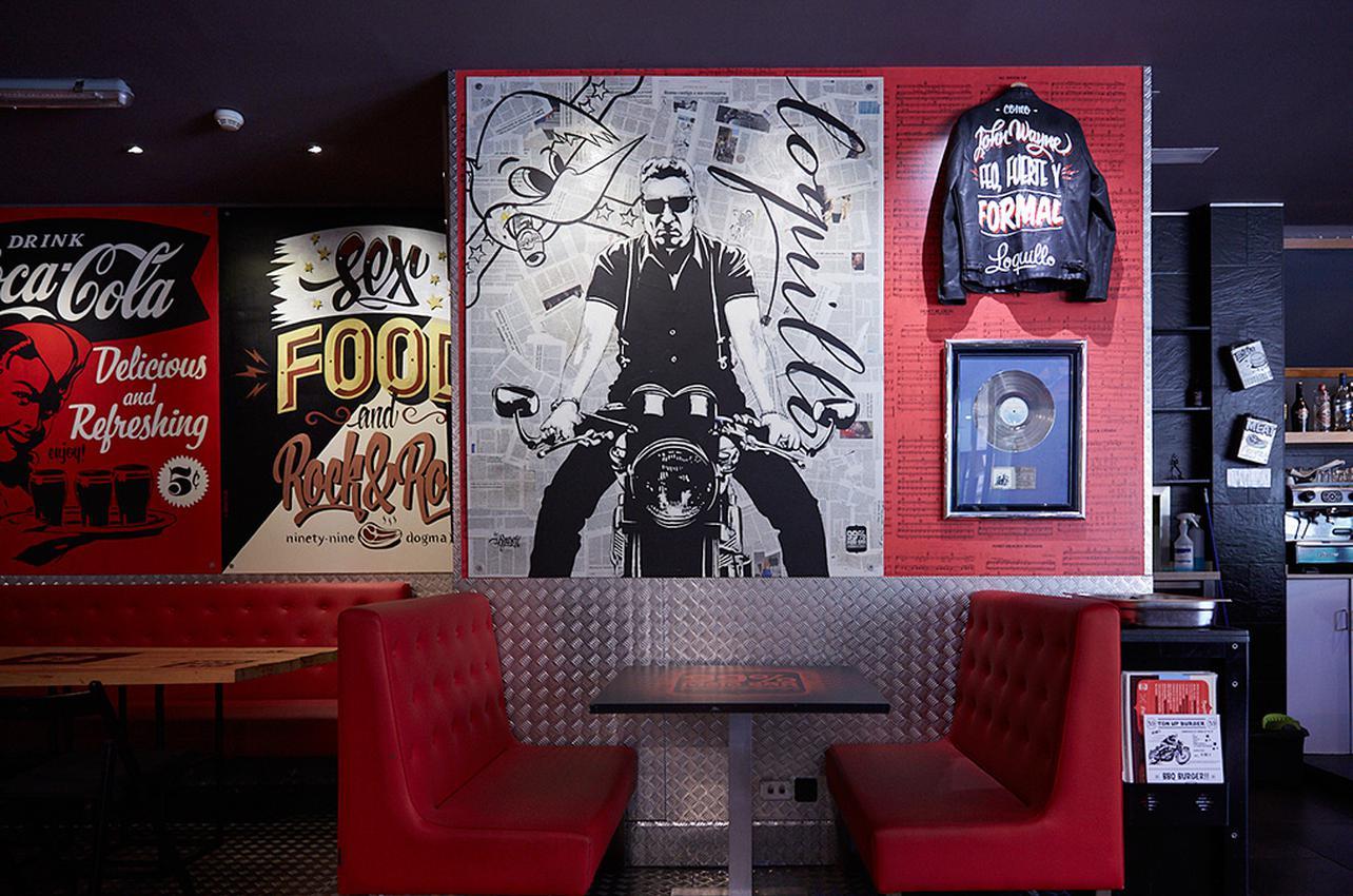 La decoración rockera del bar, otro de sus encantos.