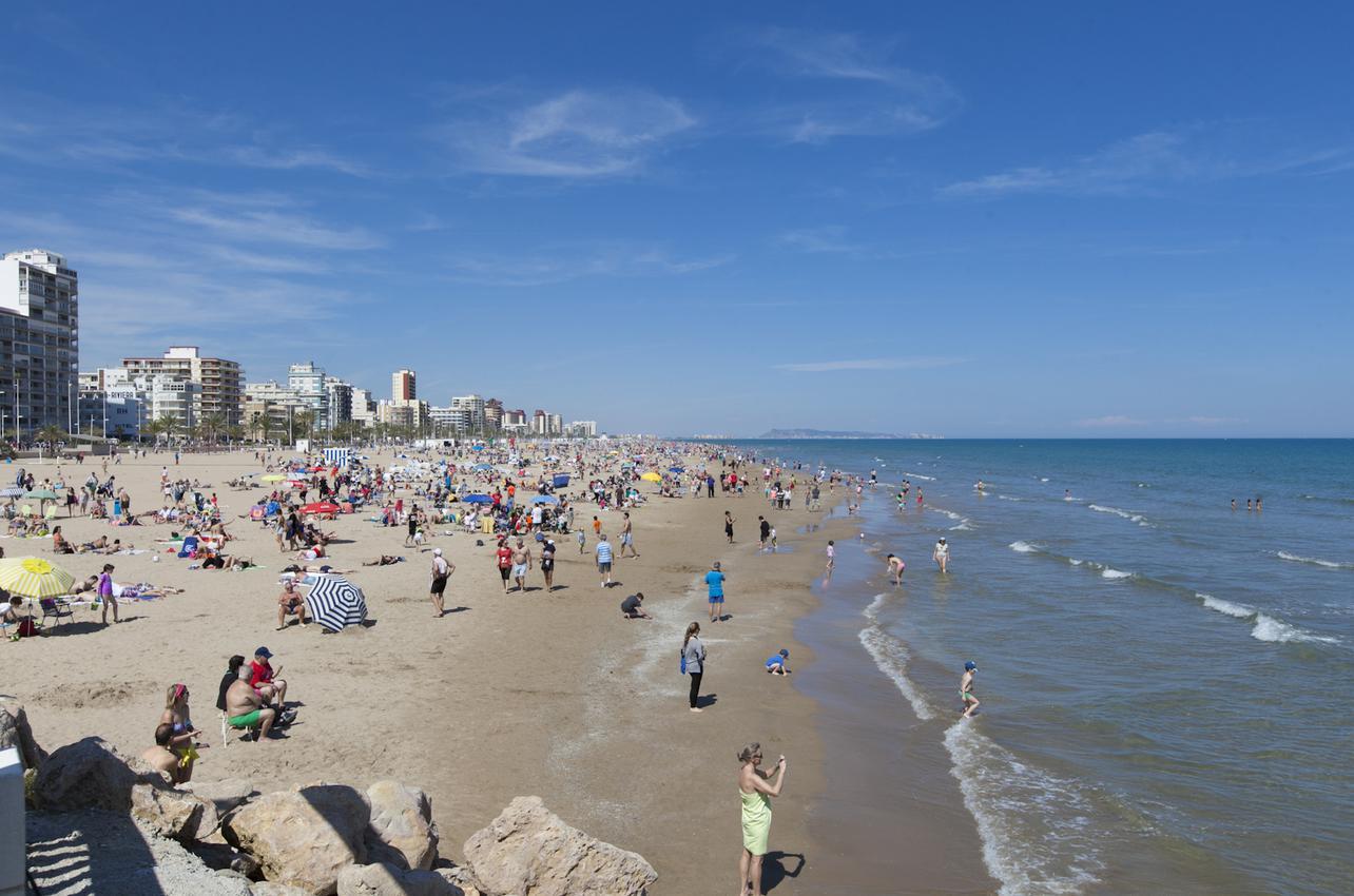 La concurrida Playa Gandía. Gandía. (Foto: Alex Oltra.)