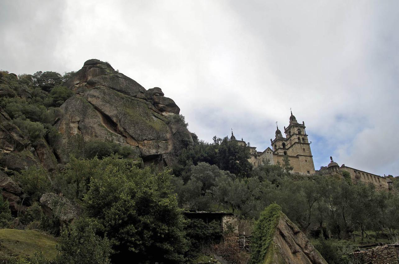As Ermidas parece colgar de la roca sobre un manto verde. Foto: Flickr Turgalicia.