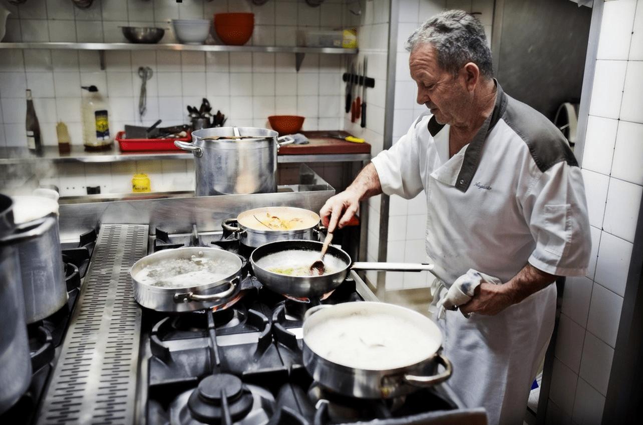 Augusto en las cocinas preprando su arroz con bogavante estrella. Foto cedida.
