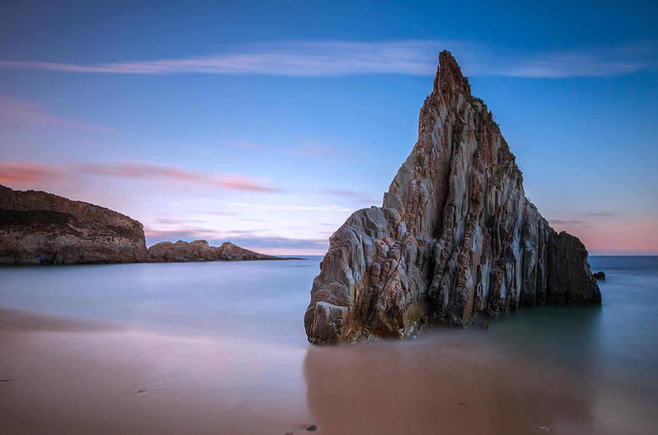 Los peñascos de la Playa de Mexota. Foto: Alberto García (permisos cedidos a guiarepsol.com).