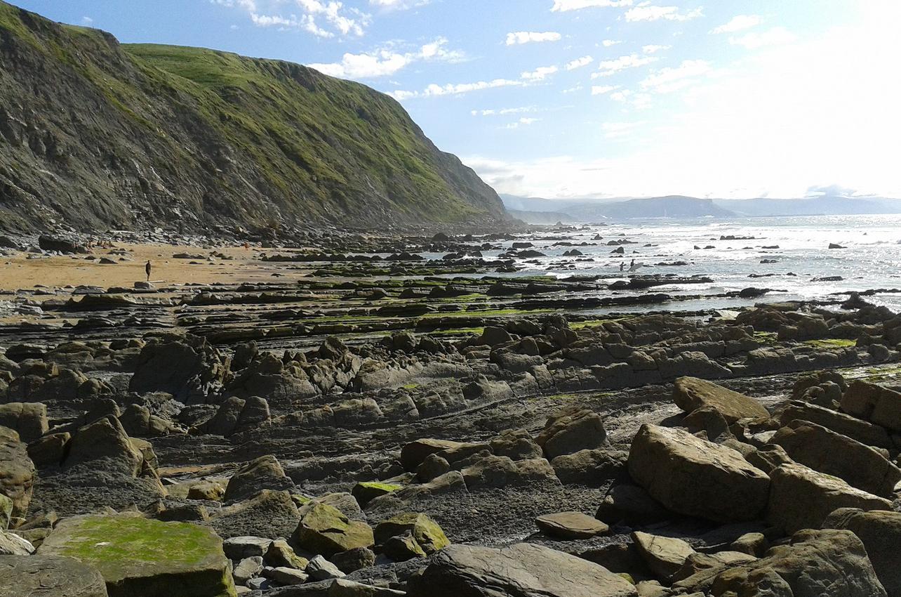 Vista del arenal y la roca de la playa de Barrika
