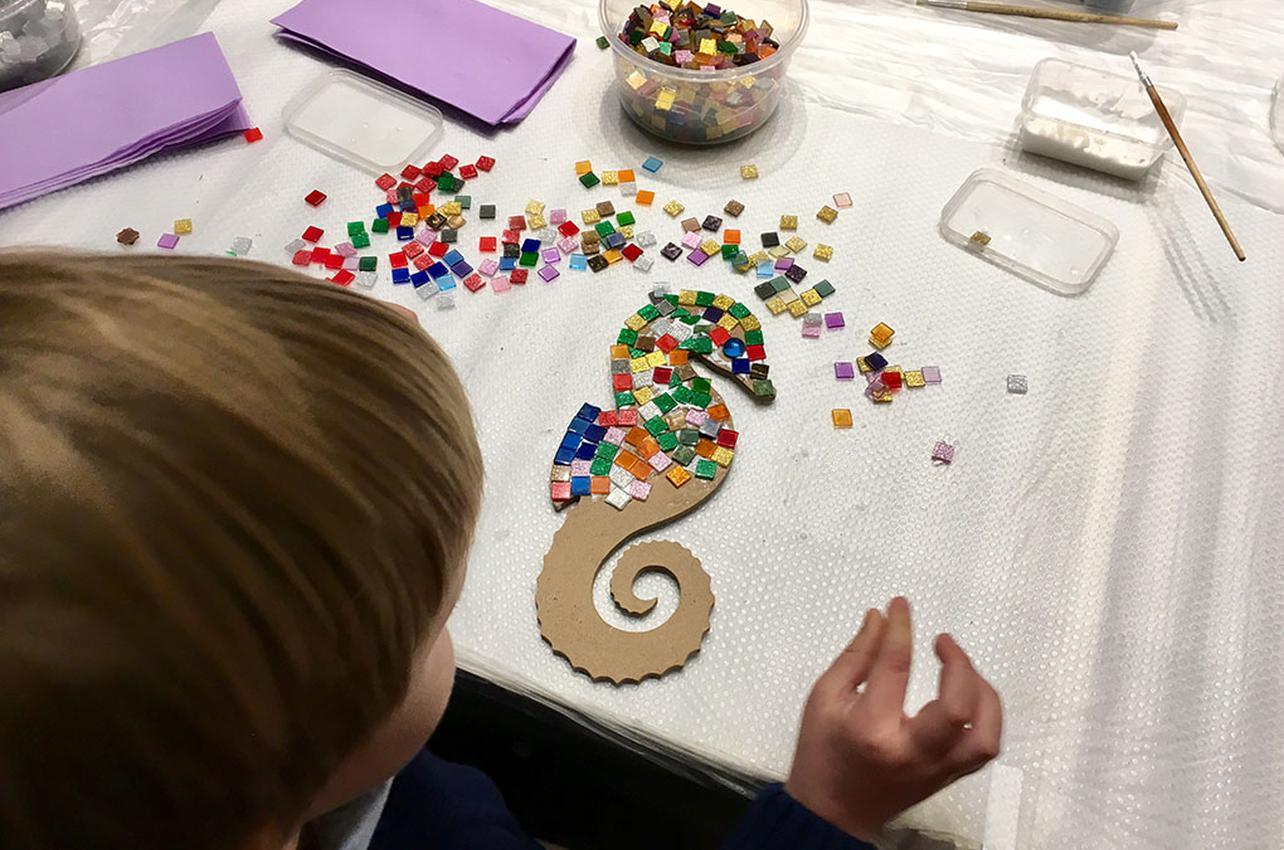 Construir mosaicos, al más puro estilo Guadí. Foto: Beatriz Vigil