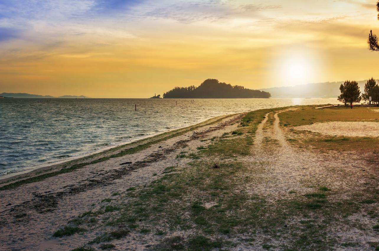 Atardecer en la playa de Lourido con la Isla de Tambo al fondo. Foto: shutterstock