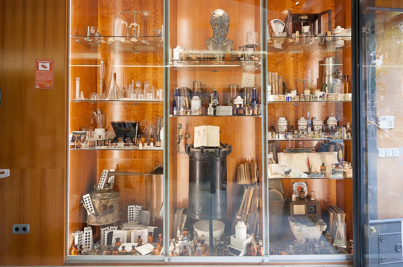 La vitrina guarda auténticas reliquias que conserva la farmacia 'Central'. Foto: Alberto Criado