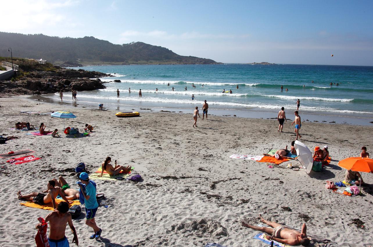 Disfrutando del sol en la playa de Arou.