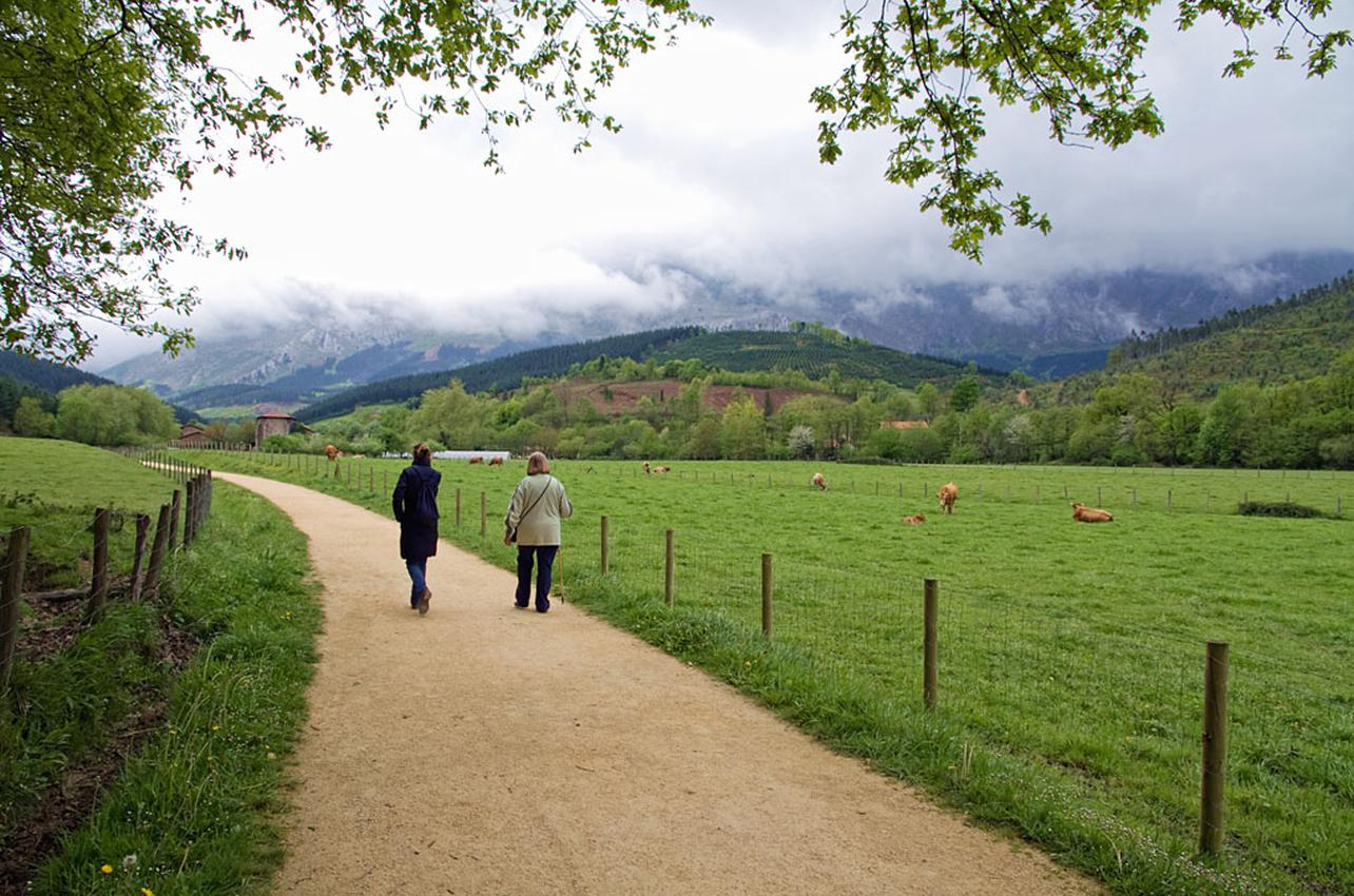 La ruta por la Vía Verde del Arrazola comienza en Apatamonasterio y tiene un recorrido de 10 kilómetros. Foto: Shutterstock