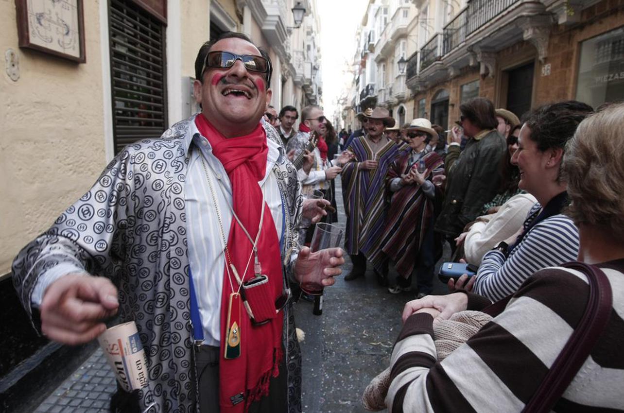 Ambiente callejero en el Carnaval de Cádiz. Foto: Manuel Fernández