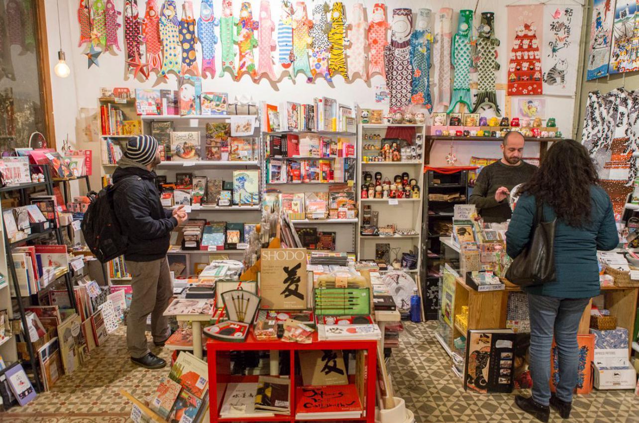 Desde esta tienda se puede curiosear en la cultura nipona durante horas. Foto: César Cid