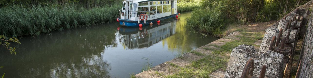 Paseo en barco por el Canal de Castilla