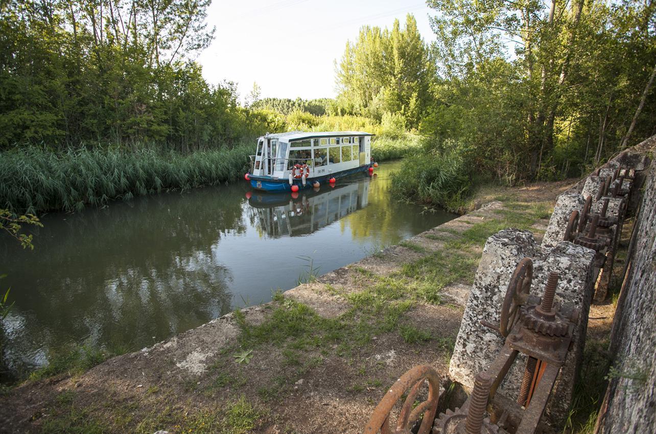 La ingeniería del canal generó muchas industrias a sus orillas.