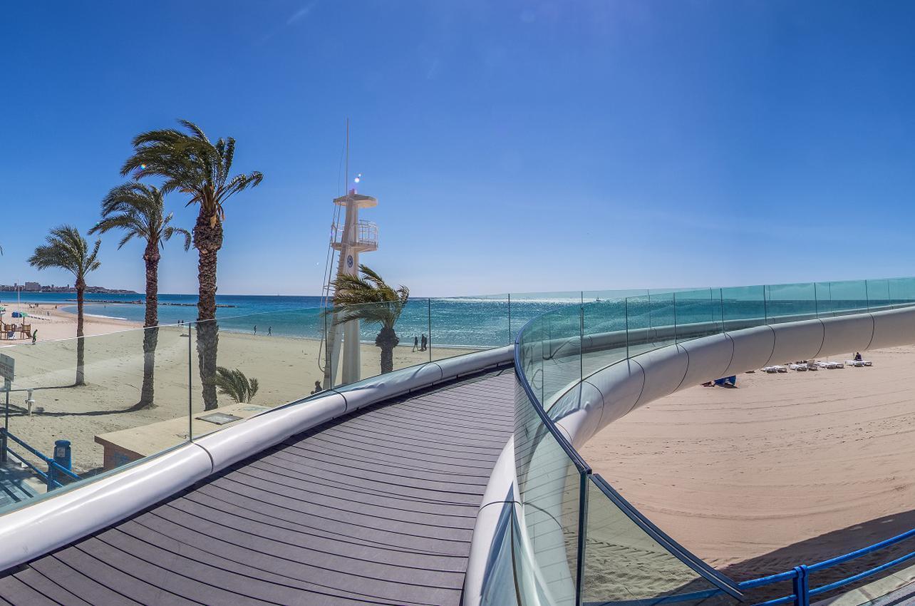 Playa del Postiguet, desde el castillo de Santa Bárbara. (Foto: Patronato Municipal de Turismo de Alicante.)