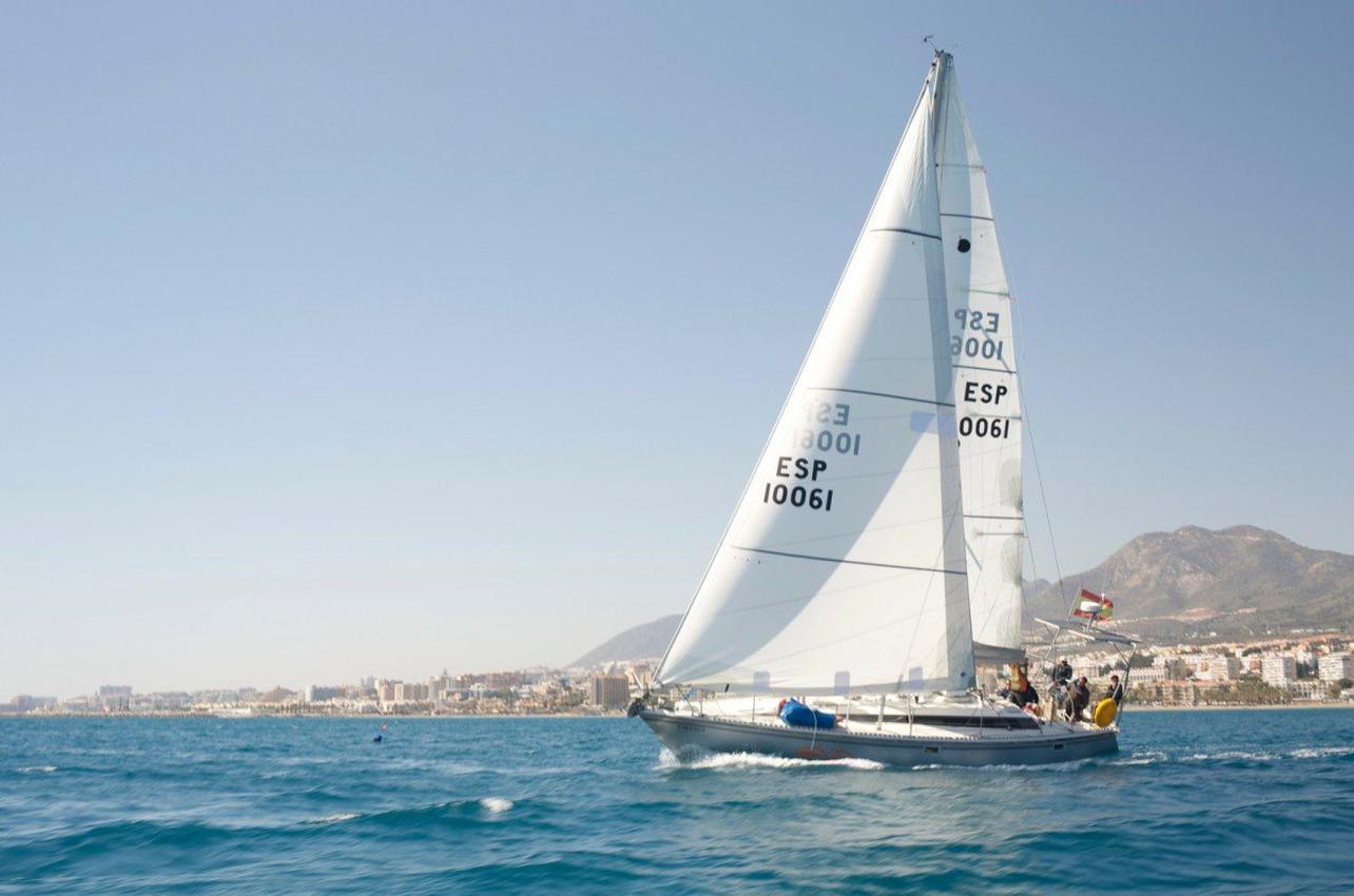 Navegación en velero por la bahía de Málaga