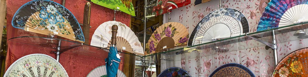 Abanicos, sombrillas y paraguas con arte y leyenda