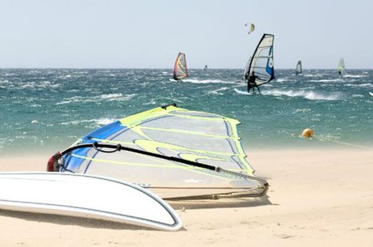 Windsurf en Tarifa. (Foto: Guía Repsol.)