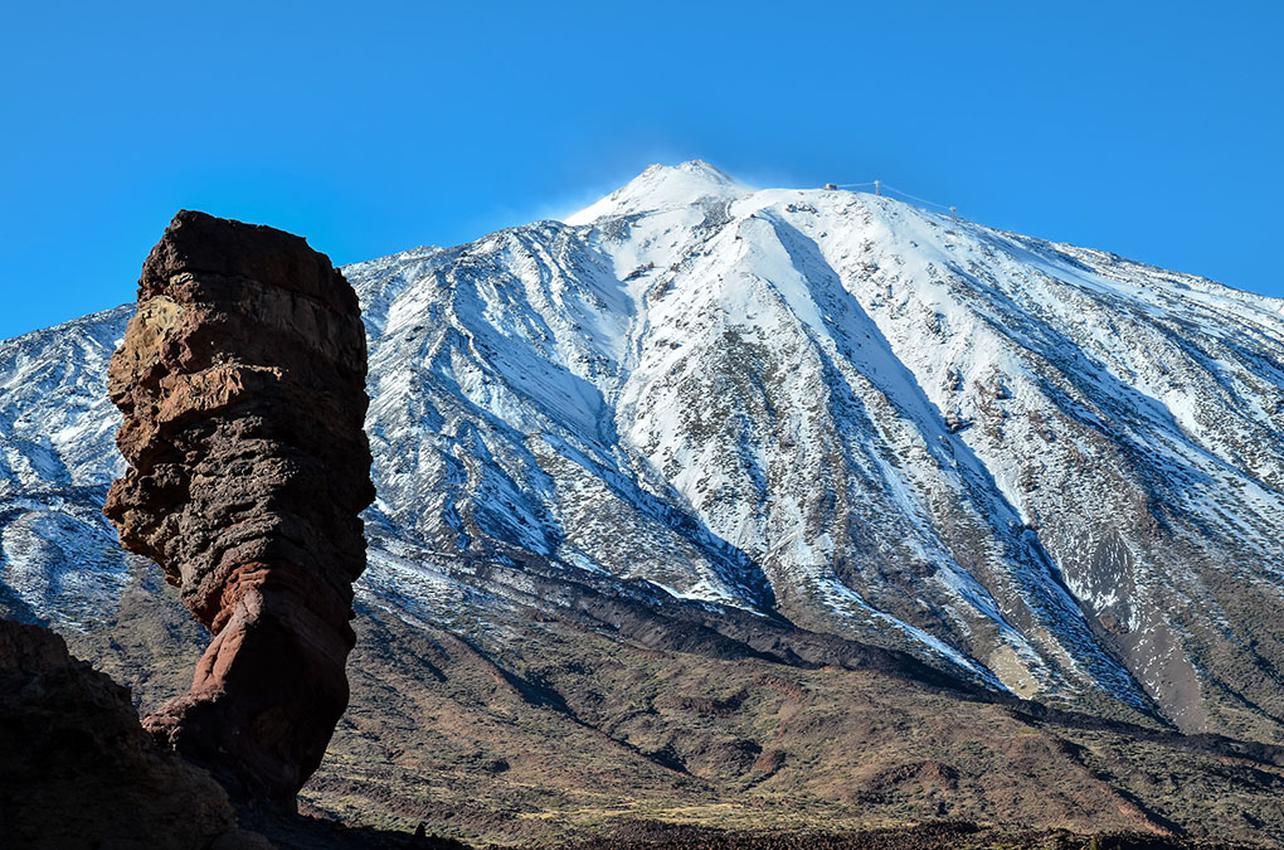El Roque Cinchado y, al fondo, el Teide nevado, ambos en el Parque Nacional del Teide. Foto: Shutterstock.