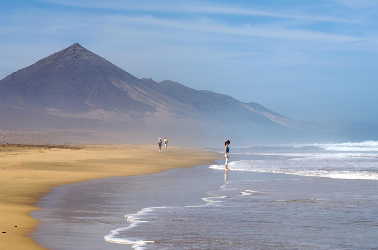 La Playa de Cofete destaca por su oleaje.