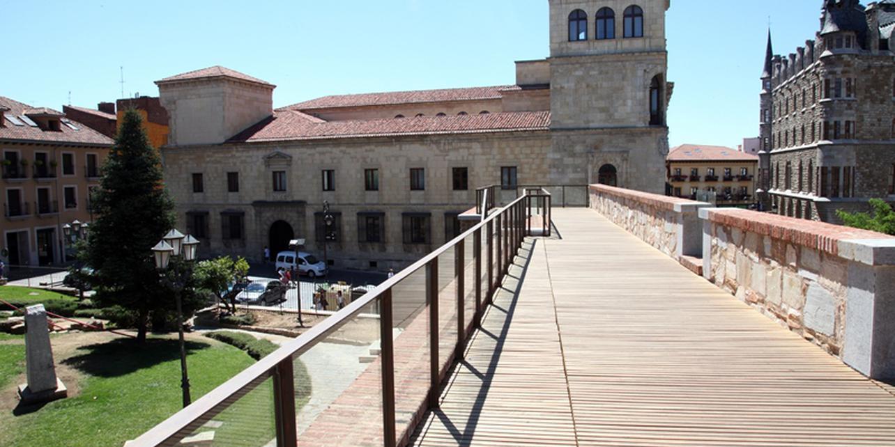 Murallas romanas y Puerta Medieval
